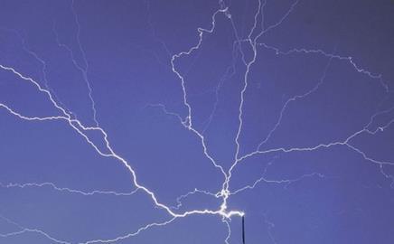 Lightning strikes the Burj Dubai