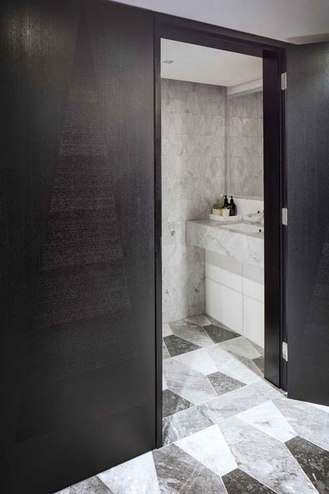 Centre point tower, bathroom, 3 bed apartment â© luke hayes